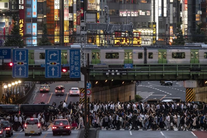 日本總務省公布截至今年元旦的人口統計調查,顯示日本國民比去年少了43萬多人,創下1968年調查至今的最大減幅。(美聯社)