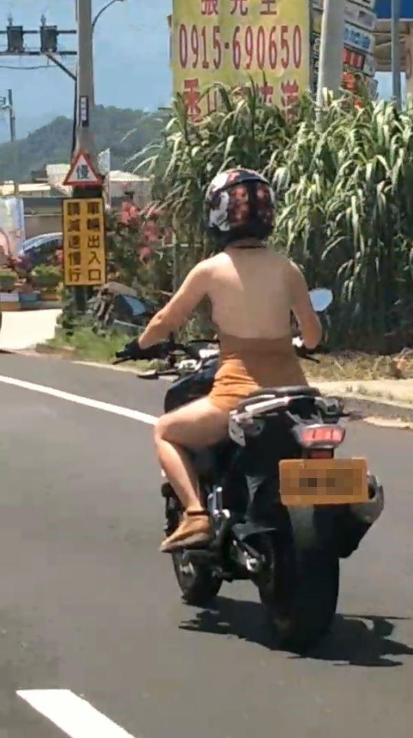 女重機騎士在路上騎車引發其他用路人拍攝。(圖擷取自爆廢公社)