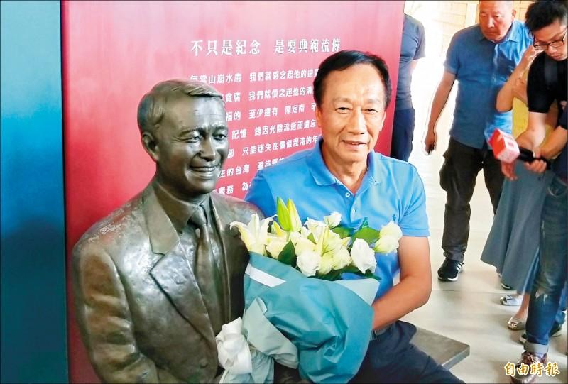 國民黨總統初選參選人郭台銘昨首度踏入陳定南紀念館參訪,並向陳定南銅像獻花致意。(記者江志雄攝)
