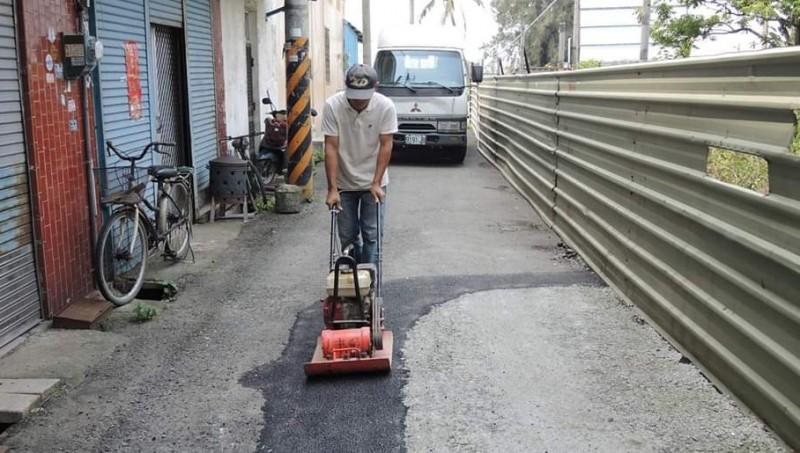 李志榮自費購買瀝青在鄉間修補道路。(記者林宜樟翻攝)