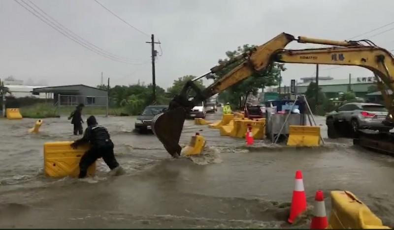 高市鳥松神農路淹大水。(記者陳文嬋翻攝)
