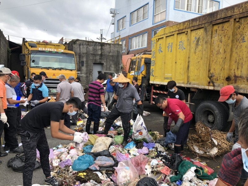 埔里清潔隊員被全部召回,將大型垃圾轉運車內20噸的垃圾卸下,在豔陽下逐一破袋檢查挑出可回收垃圾,十分辛苦。(圖由埔里公所提供)