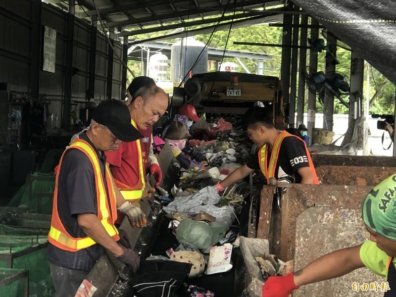 埔里鎮民未細分資源回收垃圾,統一由清潔隊員再做細分,研議未來推動可回收垃圾細分類,提升垃圾分類準確度,也能減輕清潔隊員工作量。(記者佟振國攝)