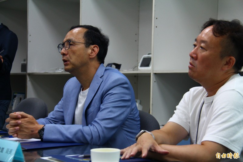 朱立倫(左)呼籲郭台銘要心平氣和,要制定好政策讓人民有利。(記者邱書昱攝)
