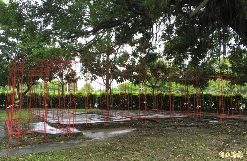 以漆紅的鋼筋為素材,在總爺糖廠昔日的公共澡堂遺址,創作名為「根基」的立體建築今天起展出。(記者楊金城攝)