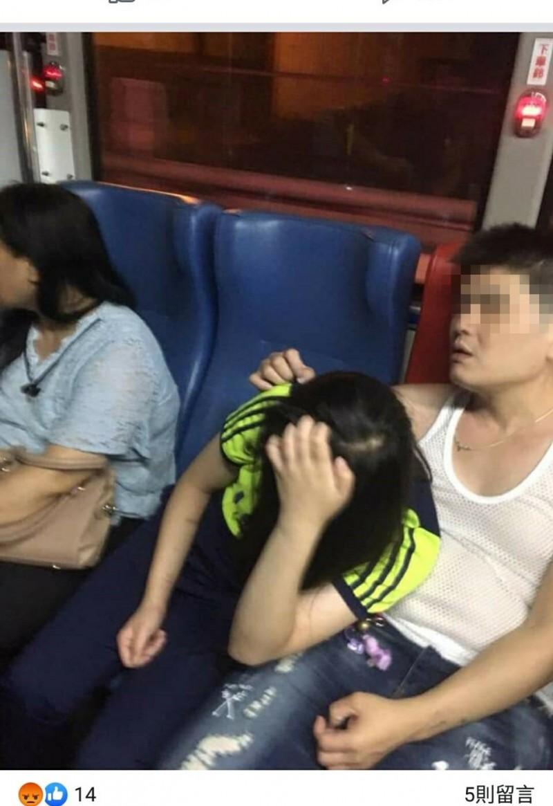 少女公車上被強吻撫摸?網瘋傳大罵「超噁」,警循影追查真相。(取材自臉書「爆料公社」)