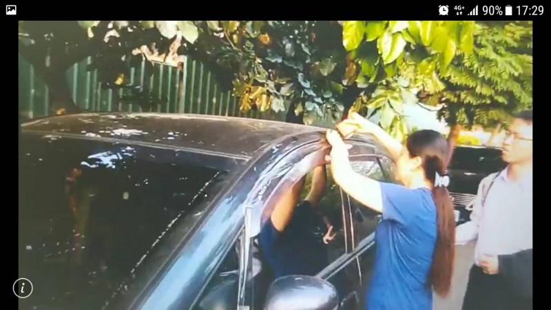 員工發現後用膠帶封死陳男的車以保全證據。(記者蔡彰盛翻攝)