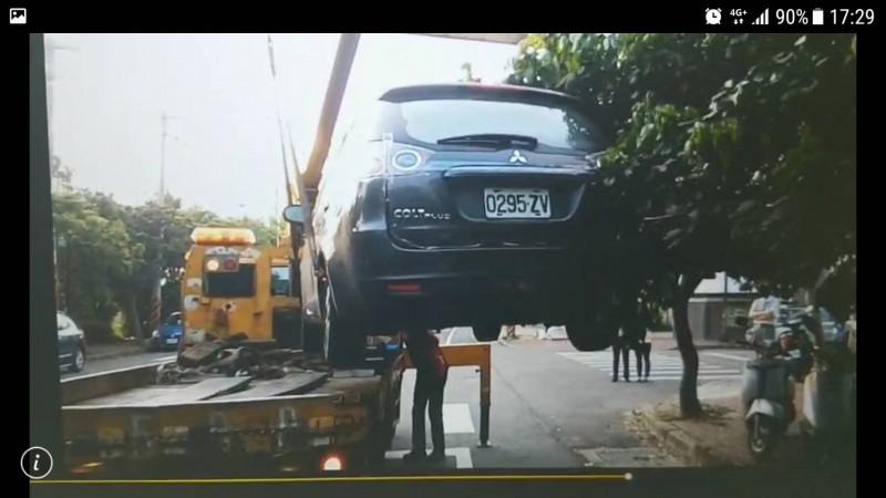 (車號請馬賽克)陳男的車被拖回公司廠區。(記者蔡彰盛翻攝)