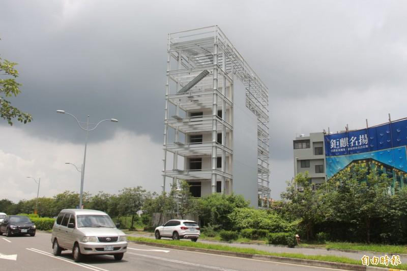 員林市區一間5層樓的建築,1個月來被屋主以H鋼樑加蓋到7樓。(記者顏宏駿攝)
