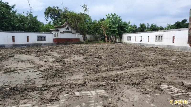 韓國瑜夫婦農舍違建部份已拆除,連地磚都挖平。(記者廖淑玲翻攝)