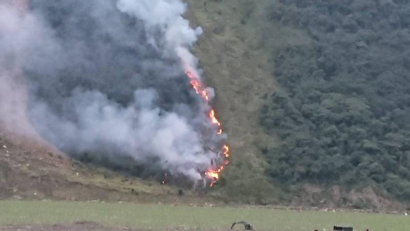 宜蘭縣大同鄉台7甲線火燒山現場冒出陣陣濃煙與熊熊烈焰。(記者江志雄翻攝)