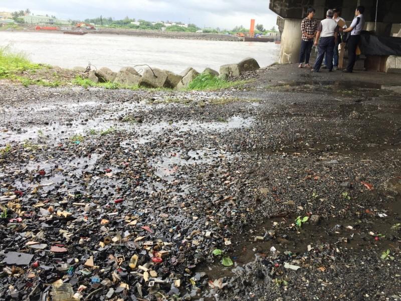 二仁溪橋下電子廢棄物,台南市府決定以混凝土固化,以避免海水沖刷造成二次污染。。(晁瑞光提供)