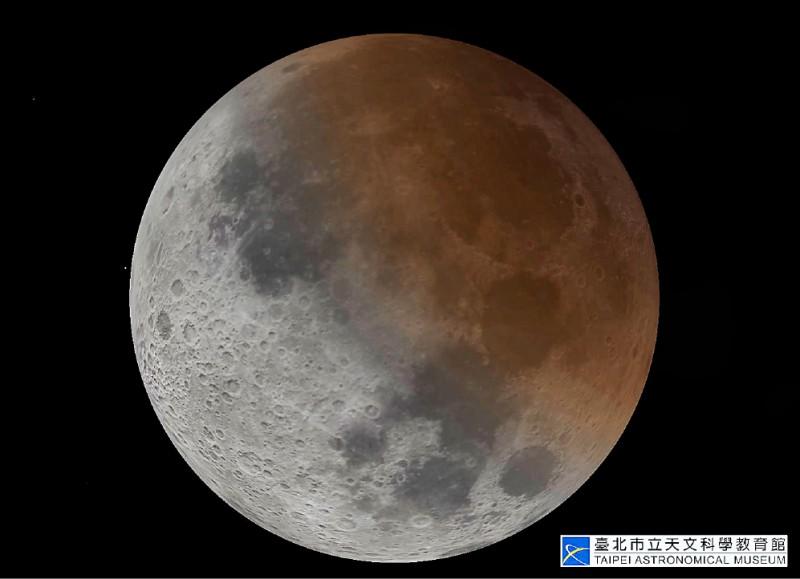 今年盛夏的月偏食即將在十七日登場,清晨五時卅一分是月偏食缺角最大時候。(台北市立天文館提供)