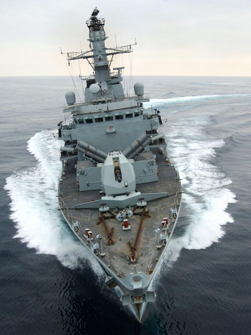 外媒報導英國油輪在波斯灣遭伊朗5艘武裝船攔截,幸在英國皇家海軍護衛艦蒙特羅斯號(圖)的嚇阻下,伊朗船隻方撤退。(法新社)