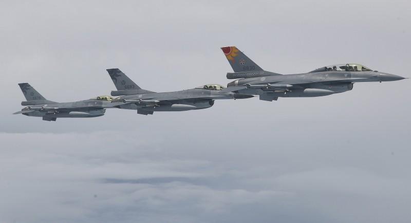 我國空軍派出4架次F-16戰機升空伴飛,執行總統專機護航任務。(中央社)