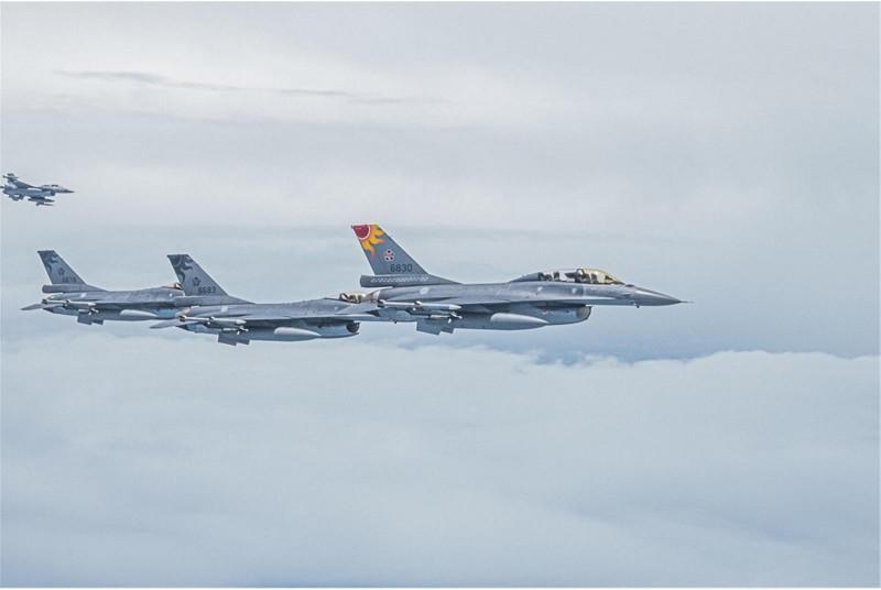 我國空軍派出4架次F-16戰機升空伴飛,執行總統專機護航任務,其F16戰機上的太陽圖騰相當耀眼。(圖擷自《青年日報》)