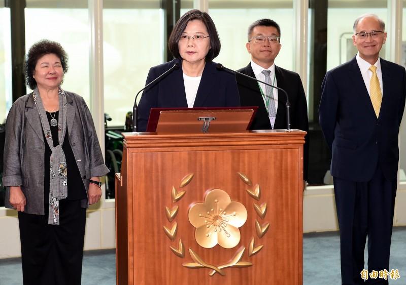 蔡英文總統(左二)11日啟程出訪加勒比海友邦,她在出發前在桃園機場發表談話中表示,帶領國家走出去就是總統最主要的任務,這次出訪台灣將會和國際共享自由開放的價值、堅定守護民主制度,並以台灣永續發展為目標,推動互惠互助的國際合作永續發展為目標。(記者朱沛雄攝)