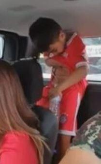 男童沒控制好「角度」,結果尿液以拋物線角度落在母親的頭頂上。(圖翻攝自รามคำแหง Drag Racing Thailand臉書)
