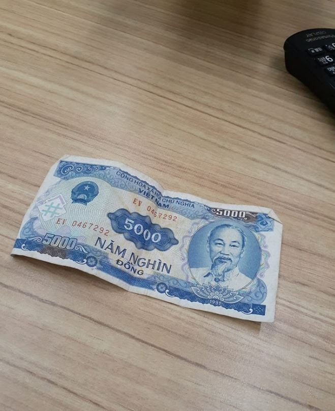 原po拍下越南籍同事送他的贈禮「5000元大鈔」。(圖擷自爆廢公社)
