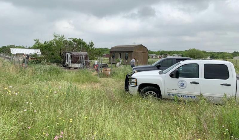 美國德州57歲男子麥克(Freddie Mack)失蹤多月,當局多方搜尋後發現他被自己飼養的18隻愛犬吃得一乾二淨。圖為警方在麥克住處搜尋。(美聯社)