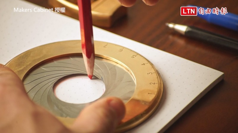 英國一家工作室推出了號稱「畫圓神器」的新款「圓規」。(圖片由Makers Cabinet 授權提供使用)