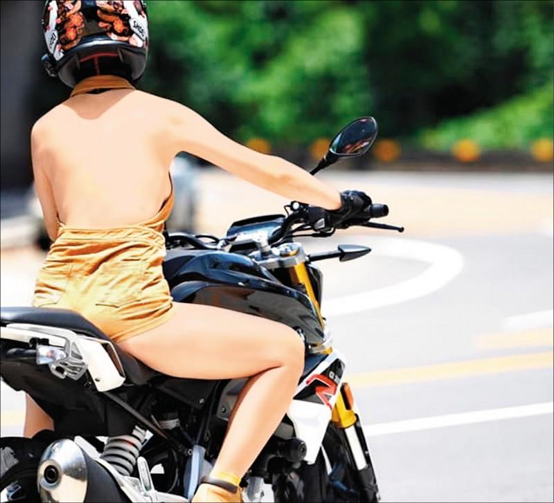 林釗宇以一襲火辣裝扮騎乘重機,車友PO上網引發熱議。(翻攝臉書「十字風 Crosswind」)
