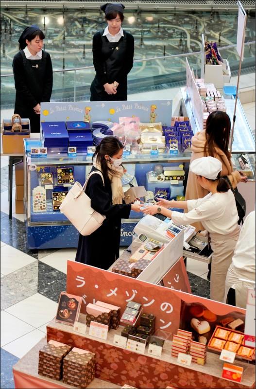 一名女子在東京一場西洋情人節展銷活動上購買巧克力。(歐新社檔案照)