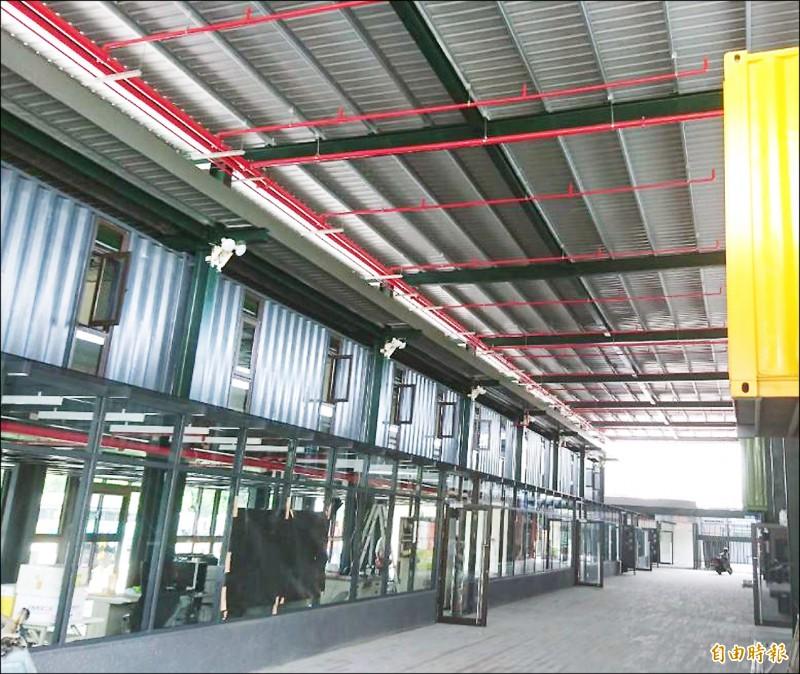 台南轉運站主站體以貨櫃堆疊而成,內部採通風開放空間,以減少空調使用。(記者洪瑞琴攝)