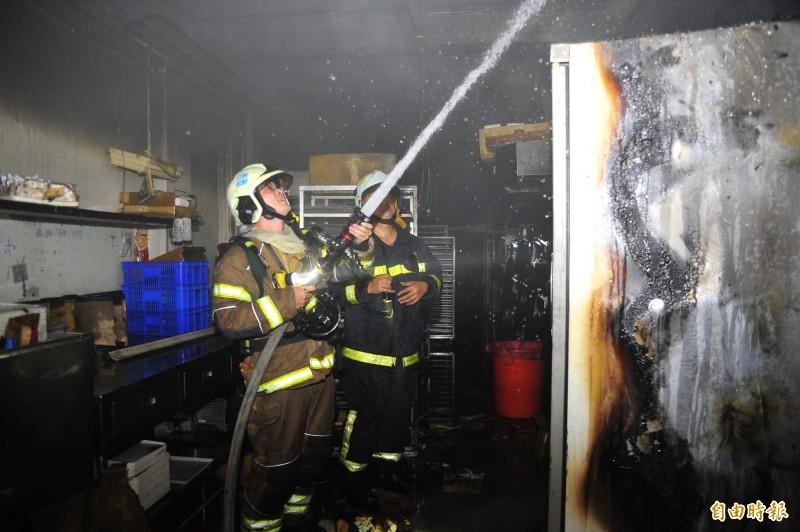 半甲子西點店11日深夜傳出火災。(記者王捷攝)