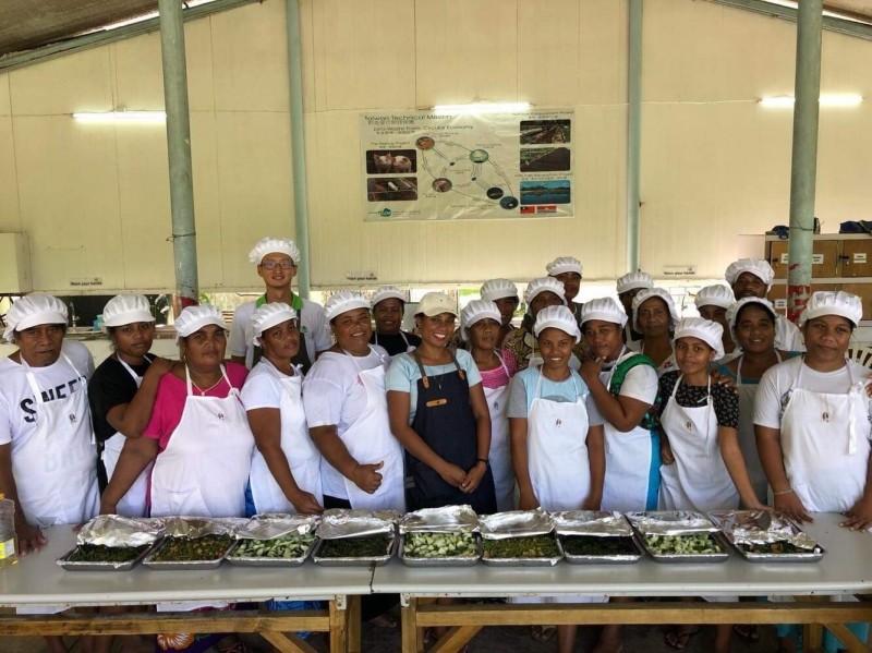 國合會駐吉里巴斯技術團在社區開設烹飪課程,圖為營養技師陳翔齊(後方綠衣領者)與參與訓練的居民合影。(陳翔齊提供)