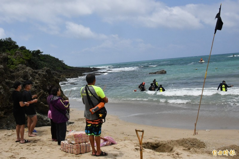 家屬持續在海邊等待。(記者蔡宗憲攝)