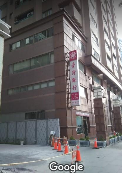 台灣銀行北高雄分行所在大樓驚傳火警,疑似天花板電線走火,所幸無人傷勢。(圖擷取自Google地圖)