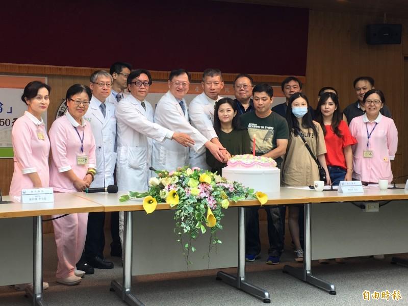 台大醫院醫療團隊為陳小姐(中綠衣者)慶生,象徵獲得新生。(記者吳亮儀攝)