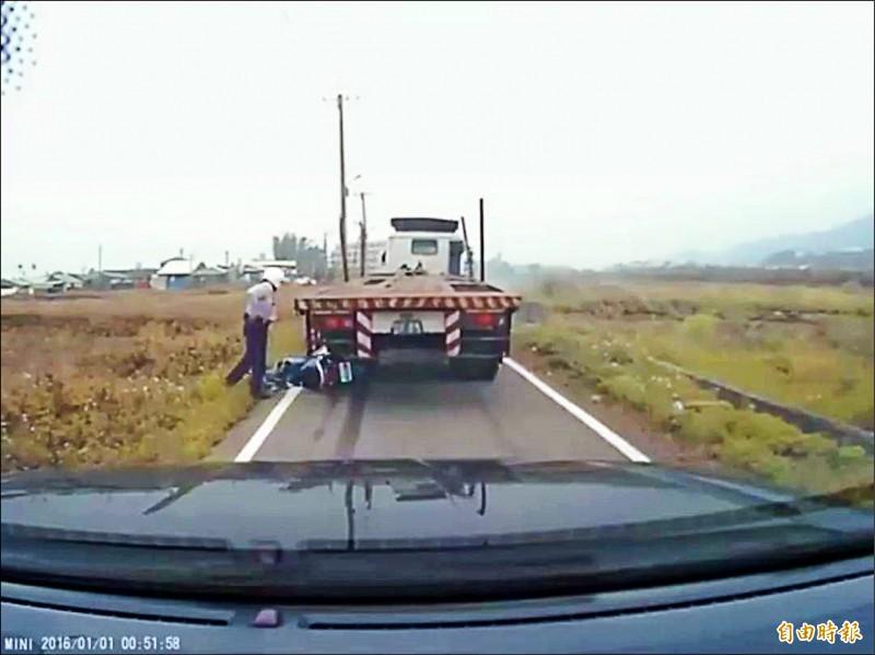 曳引車拒攔檢,開進產業道路高速狂奔、還倒車撞毀警用機車、撞傷員警。(資料照)