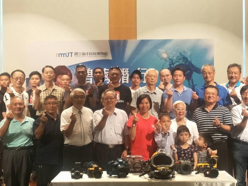 蘇焉的家人將數十年來陪伴蘇焉進行水下攝影的潛水及攝影裝備,捐贈給海科館。(國立海洋科技博物館提供)