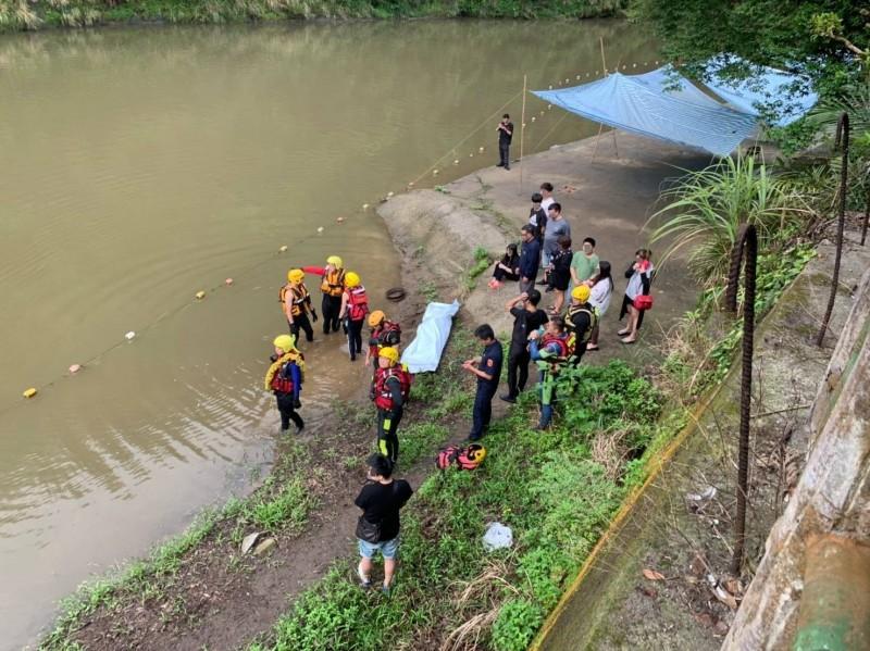 黃男的遺體被打撈上岸,親友在一旁悲痛萬分。(記者陳薏云翻攝)