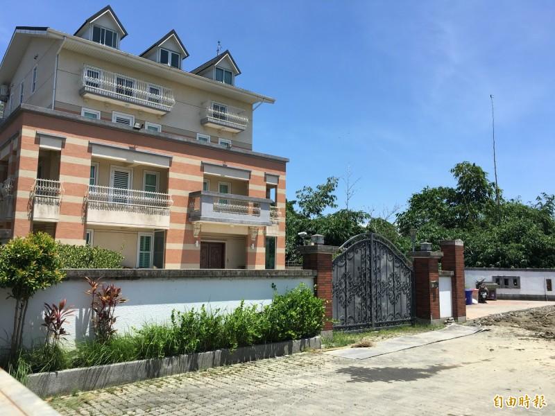 高雄市長韓國瑜夫婦豪華農舍是否違建,古坑公所主祕林喬賢表示,會勘發現主建築2樓以下迴廊與原使用執照有差異。(記者黃淑莉攝)
