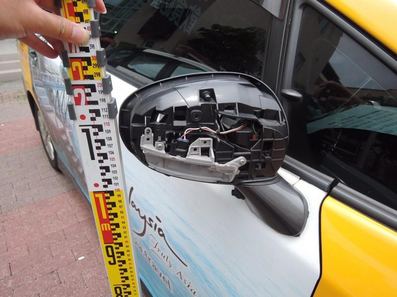 計程車後照鏡有明顯的擦撞痕跡。(記者許國楨翻攝)