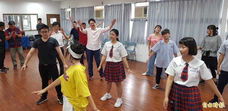 Holyland Game Party基隆市巡迴賽,將於7月20、21日在基隆市立文化廣場登場,基隆市長林右昌今日先在私立光隆家商與學生一起體驗「Just Dance」電玩遊戲;圖為在舞蹈老師帶領下,林右昌與市府同仁一起練舞功。(記者俞肇福攝)