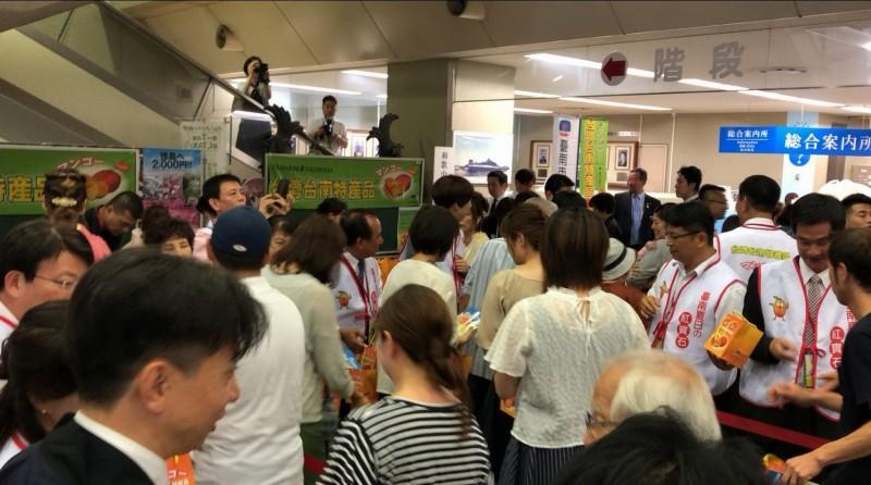台南市議會赴日本舉辦芒果推廣會,大受日本民眾歡迎,現場大排長龍。(南市議會提供)