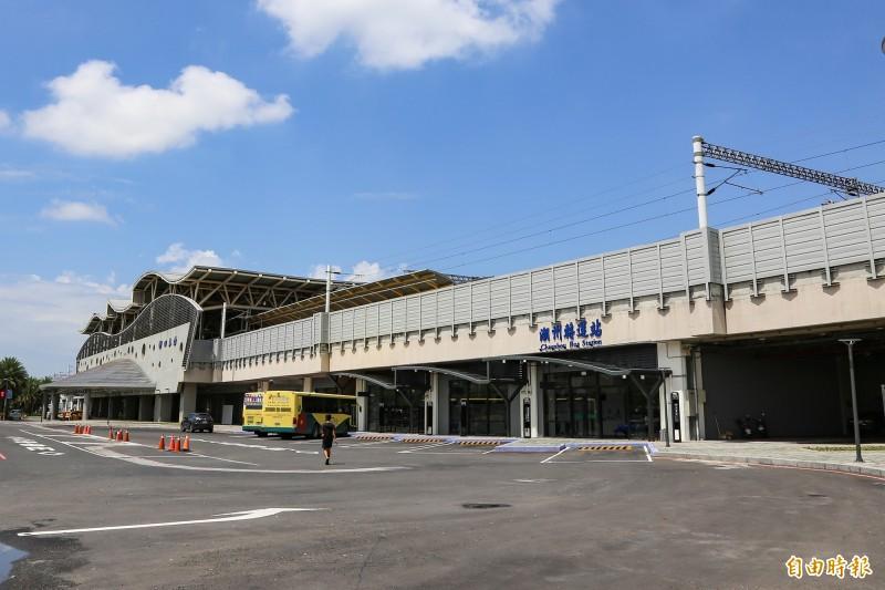 潮州火車站原站體設計為開放式空間,要改造成為室內商圈,必須重新經過消防安檢、無障礙設施及其他室內裝修等相關審查。(記者邱芷柔攝)