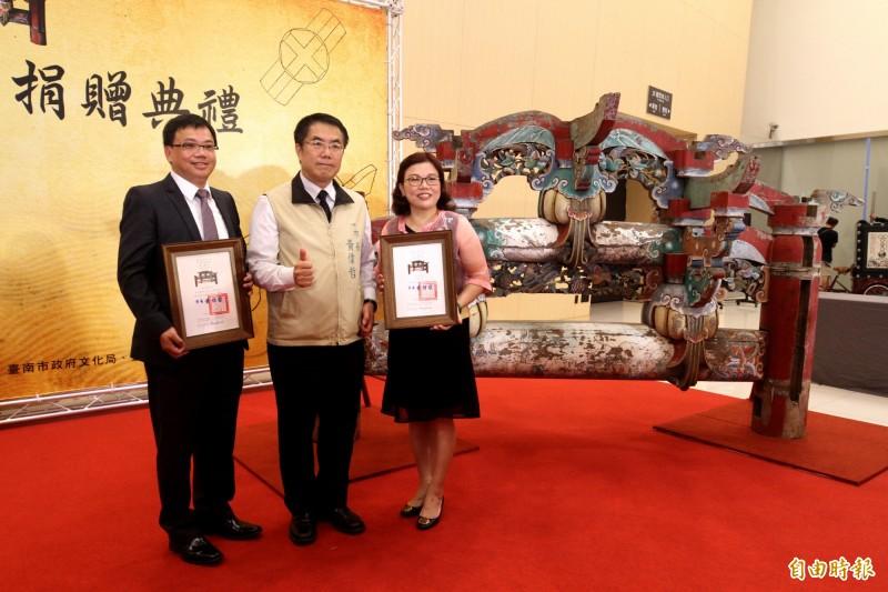 2座「二通三瓜」木棟架文物,今由簡玉美(右)、簡奉谷(左)姐弟在新營文化中心捐贈給台南市政府典藏,市長黃偉哲(中)頒發感謝狀表達感謝。(記者楊金城攝)