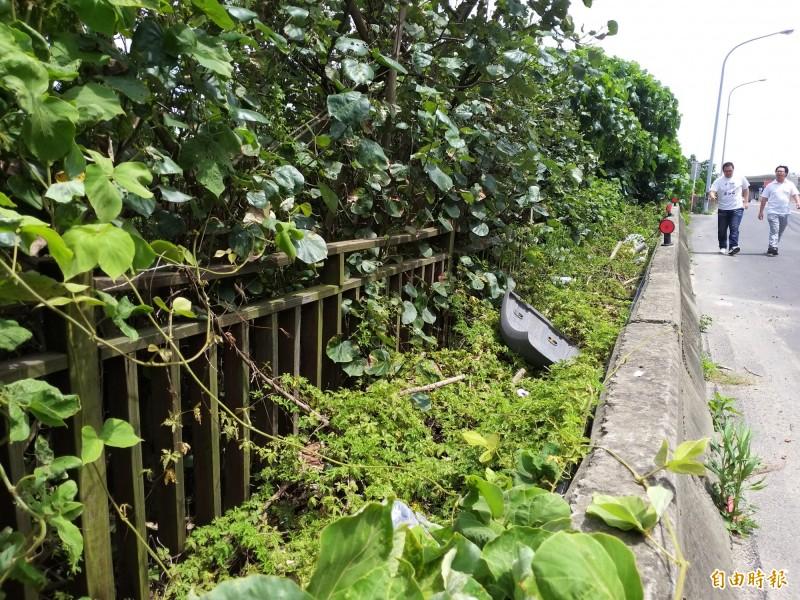 新竹縣濱海自行車道在台15線沿線設置的架空木棧道,早已殘破不堪。(記者廖雪茹攝)