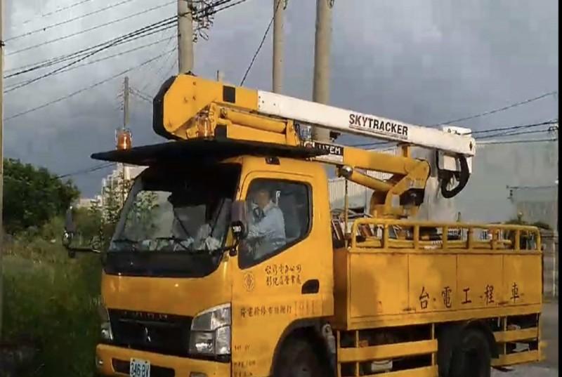 彰化市竹仔腳路一處台電供電設備傍晚突然傳出爆炸聲與冒出火花,台電趕往搶修。(記者湯世名翻攝)