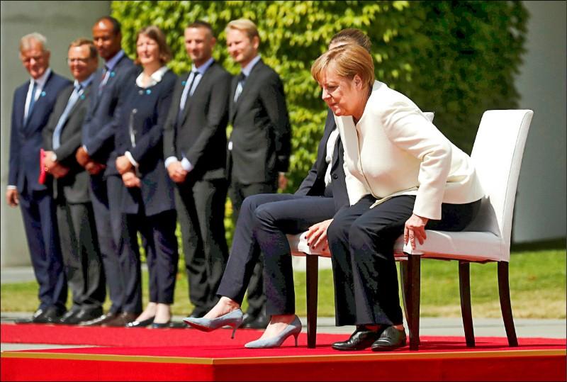 德國總理梅克爾至今已出現至少三次身體不自主顫抖的情況,原因不明。她十一日在迎接丹麥總理儀式中的演奏國歌階段,打破外交禮儀慣例,罕見地採用坐著的形式。 (路透)