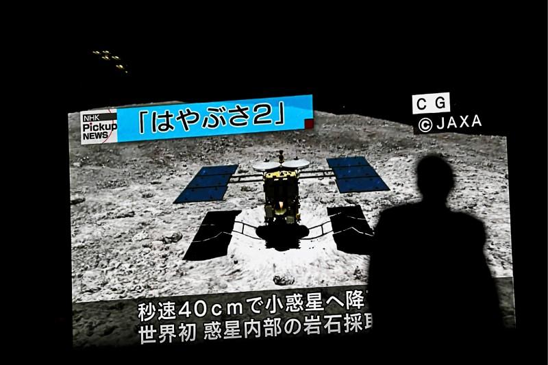 東京秋葉原十日播放隼鳥二號登陸龍宮的模擬畫面。(法新社)