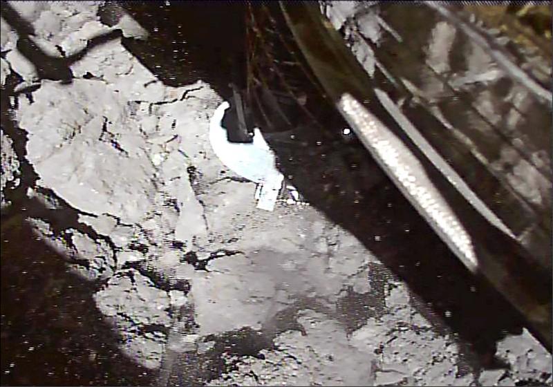 日本小行星探測器「隼鳥二號」十一日二度登陸小行星「龍宮」,採集地下岩石碎片,這些砂石可能保有太陽系誕生初期樣貌,有助於解答生命起源。(法新社)