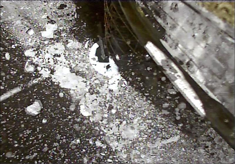 隼鳥二號登陸時,以採樣筒接近龍宮的人造隕石坑,透過採樣筒內發射的金屬彈珠,激起隕石坑內的岩石,以採集地表下的岩石碎片。(法新社)