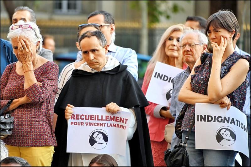 首都巴黎的天主教聖敘爾比斯教堂仍見大批請命的民眾。(法新社)