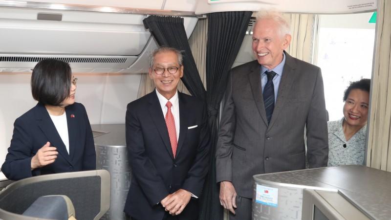 蔡英文總統的「自由民主永續之旅」已經在今天凌晨抵達紐約,美國在台協會主席莫健(右二)、駐美代表高碩泰(左二)登機迎接。(訪團提供)